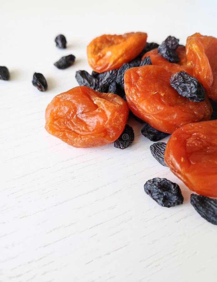 Pasas secadas de las frutas y albaricoques secados en un fondo blanco fotos de archivo libres de regalías