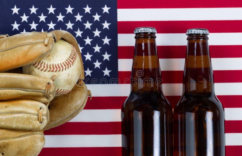 Pasatiempo americano con béisbol y cerveza foto de archivo