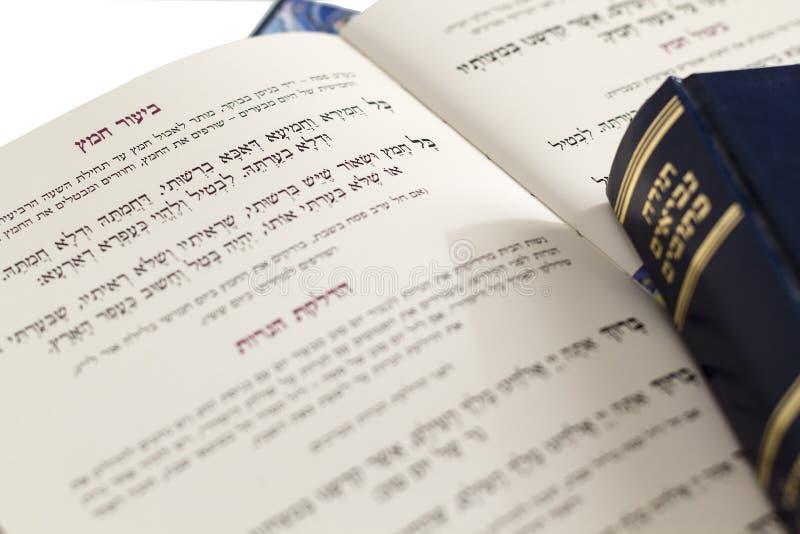 Pascha Haggadah die ` het Zuurdeeg ` elimineren - Judaica bracht op Witte Achtergrond met elkaar in verband stock afbeeldingen