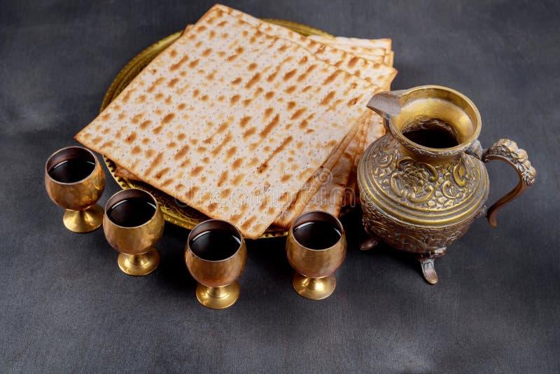 Paschaachtergrond vier glazenwijn en matzoh Joods vakantiebrood over houten raad stock fotografie