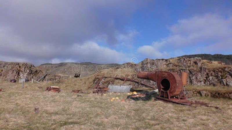 Pascolo e Mountain View con vecchio metallo fotografia stock