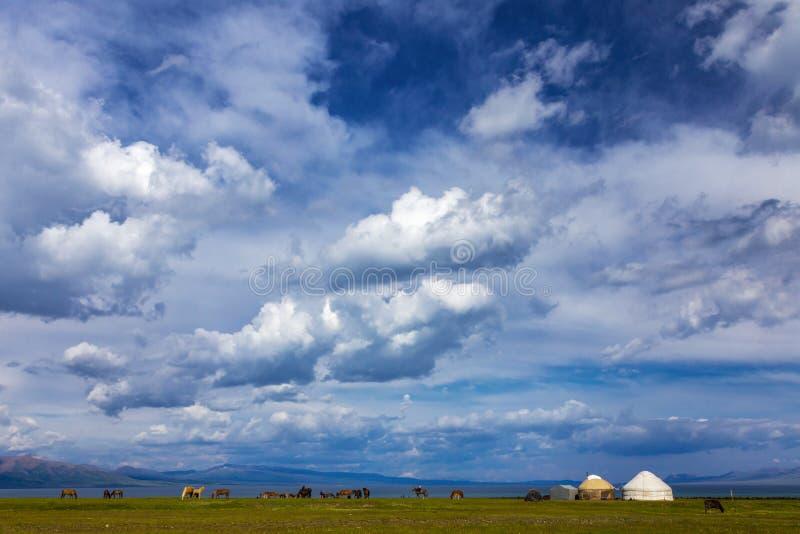 Pascolo tradizionale nelle alte montagne kyrgyzstan Yurt tradizionale fotografia stock