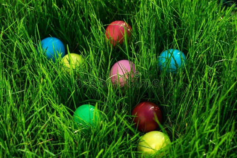Pascua coloreó los huevos imagen de archivo