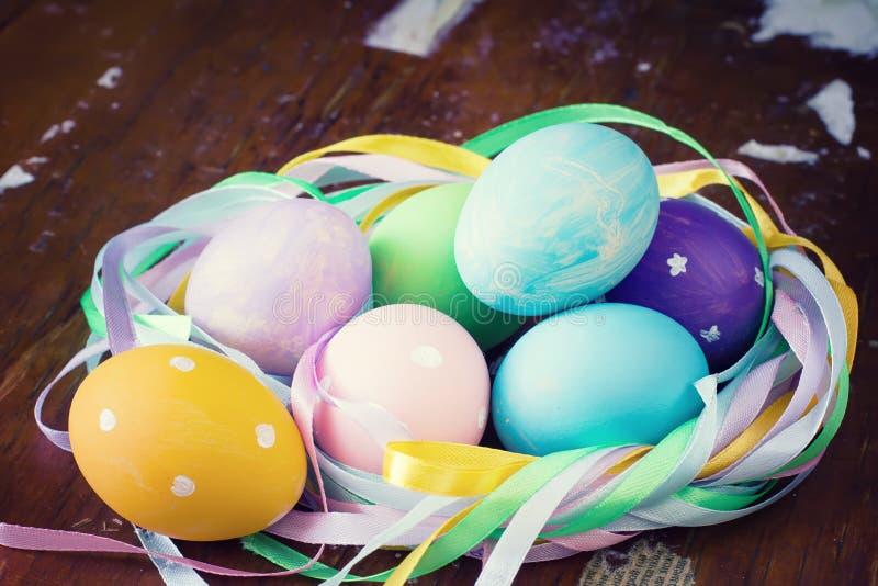 Pascua colorida adornó los huevos imagen de archivo libre de regalías