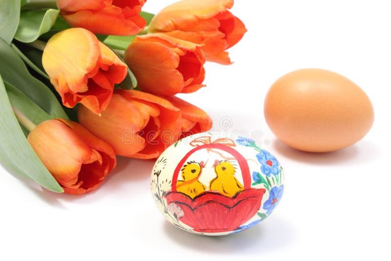 Pascua colorida y huevo fresco con el ramo de tulipanes imagen de archivo
