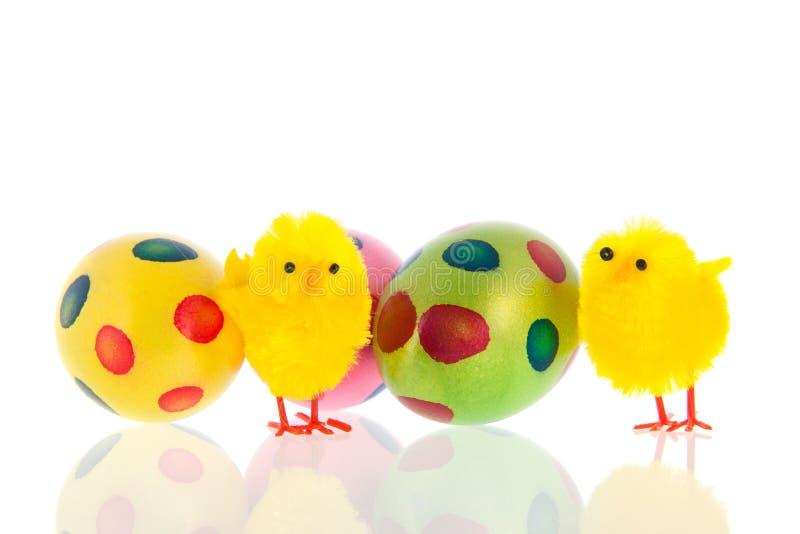 Pascua con los huevos y los pequeños polluelos imagenes de archivo