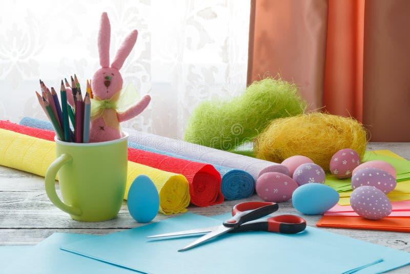 Pascua, día de fiesta y concepto del niño - cercano para arriba de colorear pascua imagen de archivo