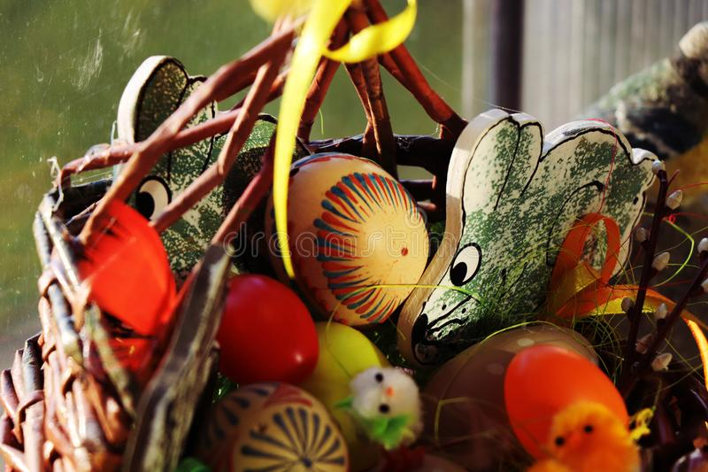 Pascua está viniendo Necesitamos una cesta hermosa con los huevos y los conejos imagenes de archivo