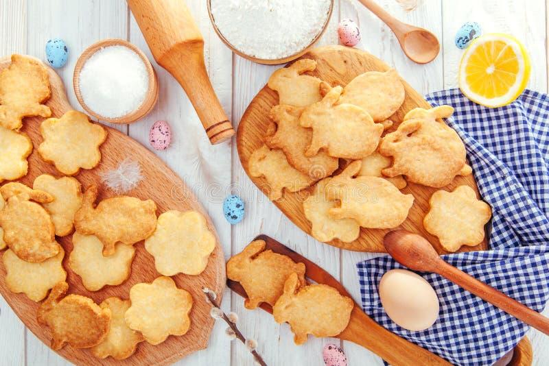 Pascua feliz Conejitos de pascua de la hornada Ingredientes con la decoración de Pascua imagen de archivo libre de regalías