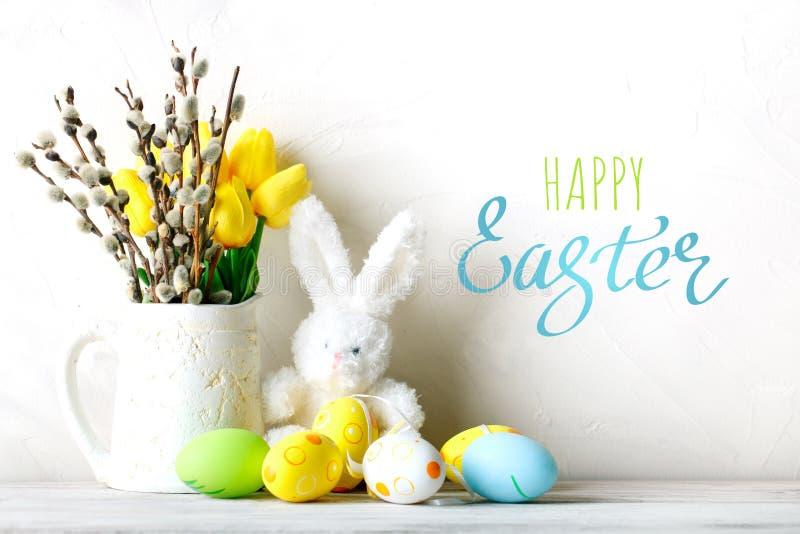 Pascua feliz Fondo congratulatorio de pascua Huevos y conejo de Pascua fotos de archivo libres de regalías