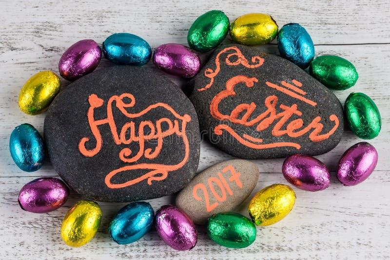 Pascua feliz 2017 letras escritas en los guijarros con el chocolate eg. foto de archivo libre de regalías