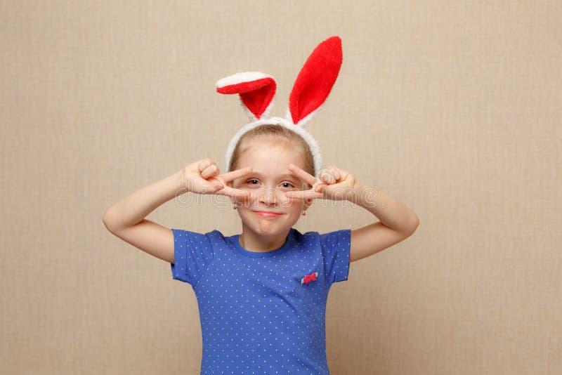 Pascua feliz Muchacha del niño con los oídos del conejito foto de archivo