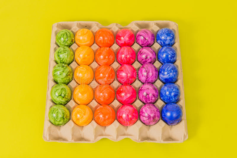 - Pascua - huevos coloreados estacionales fotografía de archivo