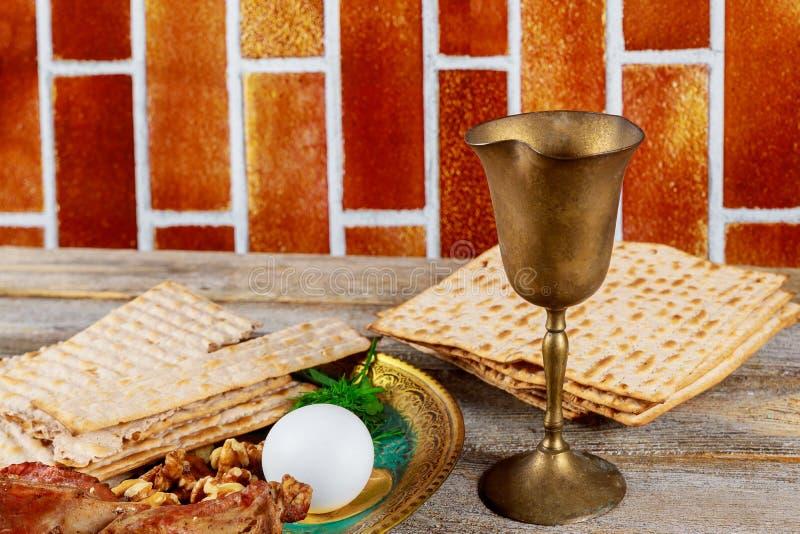 Pascua judía judía del día de fiesta con el vino y la placa del seder en el matzoh, tabla de madera fotos de archivo libres de regalías