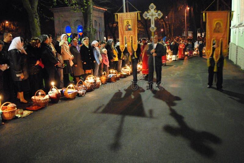 Pascua. La procesión alrededor de la iglesia. imagen de archivo