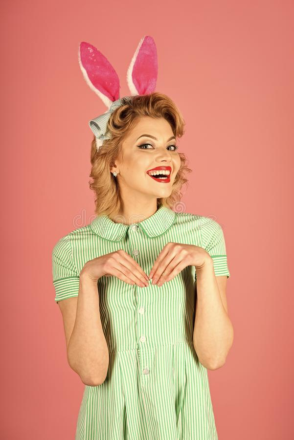 Pascua, maquillaje, partido modelo, muchacha en oídos de conejo fotografía de archivo libre de regalías