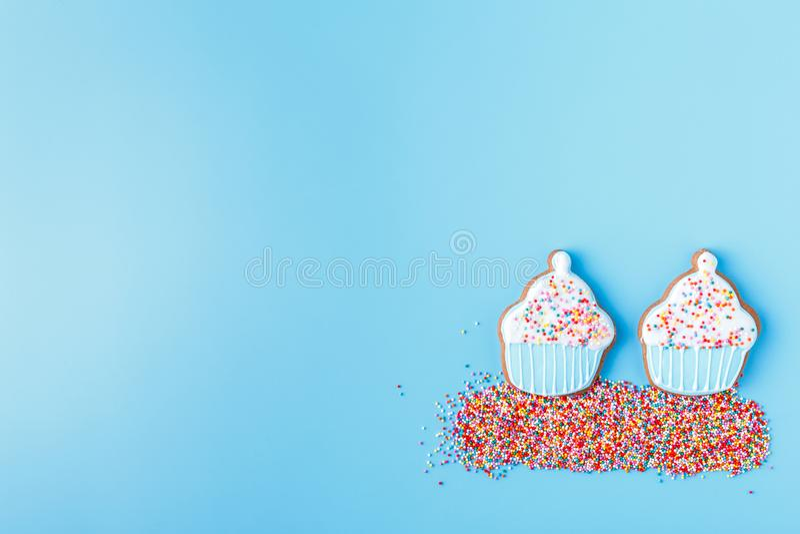 Pascua multicolora adornó las galletas en un fondo azul brillante imagen de archivo libre de regalías