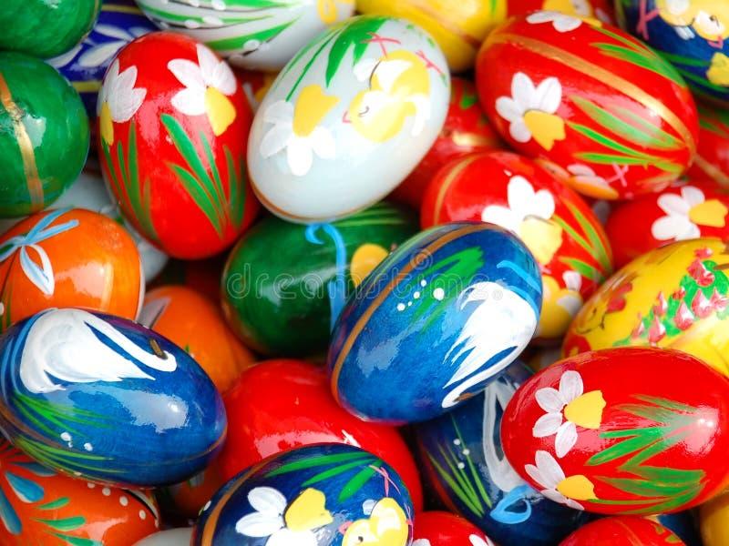 Pascua pintó los huevos imagenes de archivo