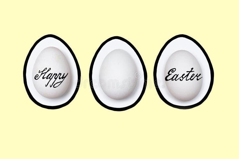 Pascua pintó los huevos en un fondo coloreado - símbolos del día de fiesta de Pascua imagenes de archivo