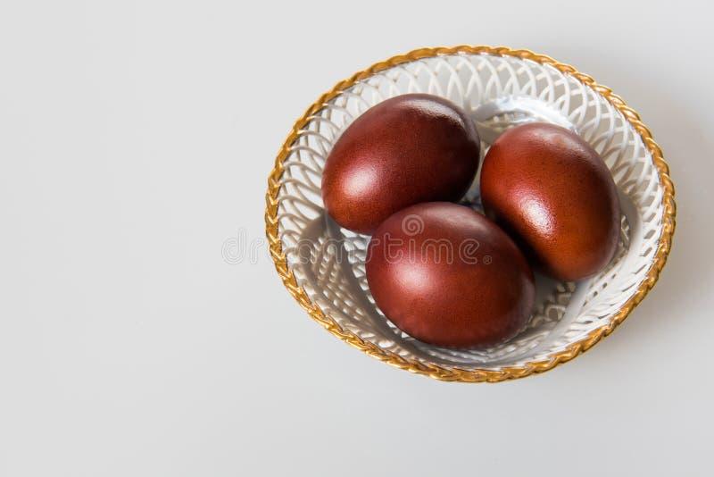 Pascua pintó los huevos marrones en un fondo blanco fotos de archivo