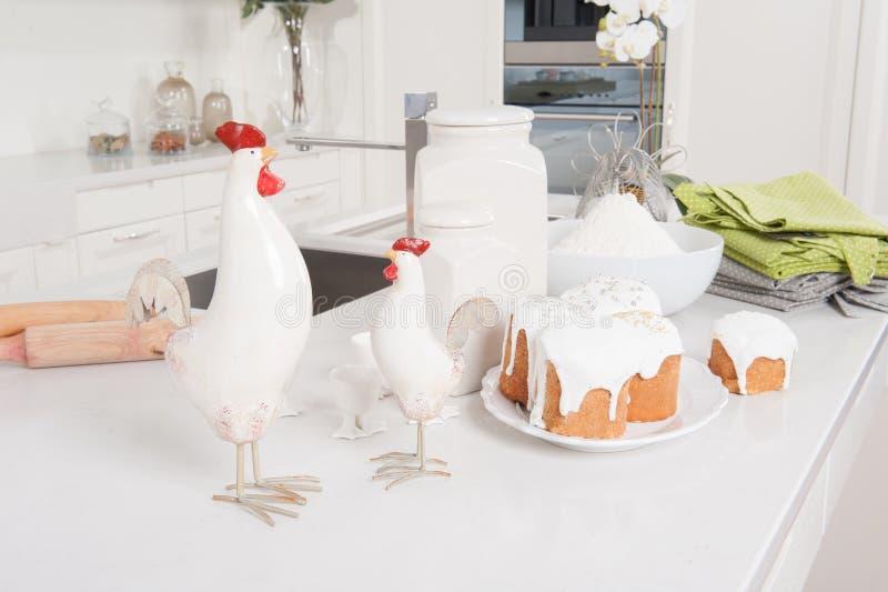 Pascua se apelmaza y el gallo está en cocina fotografía de archivo libre de regalías