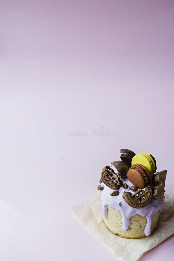 Pascua, torta de Pascua adornada con el chocolate y los macarrones Kulich tradicional, pan de Pascua D?a de fiesta de la primaver fotos de archivo