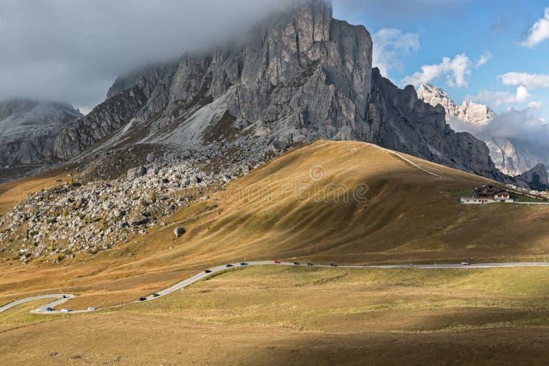 Pase el camino en Passo di Giau, dolomías, montañas italianas fotos de archivo libres de regalías