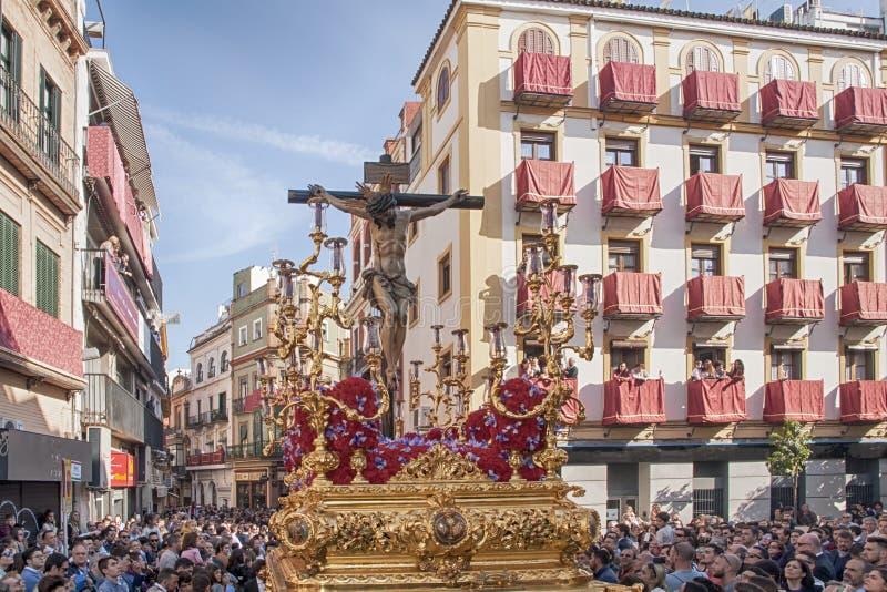 Pase el misterio de la fraternidad de St Bernard en la semana santa en Sevilla fotografía de archivo