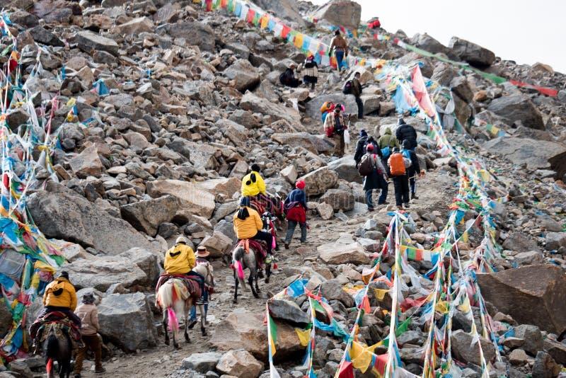 Pase en el cielo y las nubes de Tíbet de la montaña de Himalaya fotografía de archivo libre de regalías