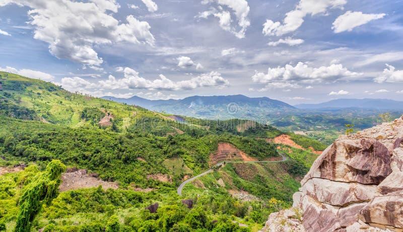 Pase a Khanh Vinh, Nha Trang, día soleado de Vietnam fotografía de archivo