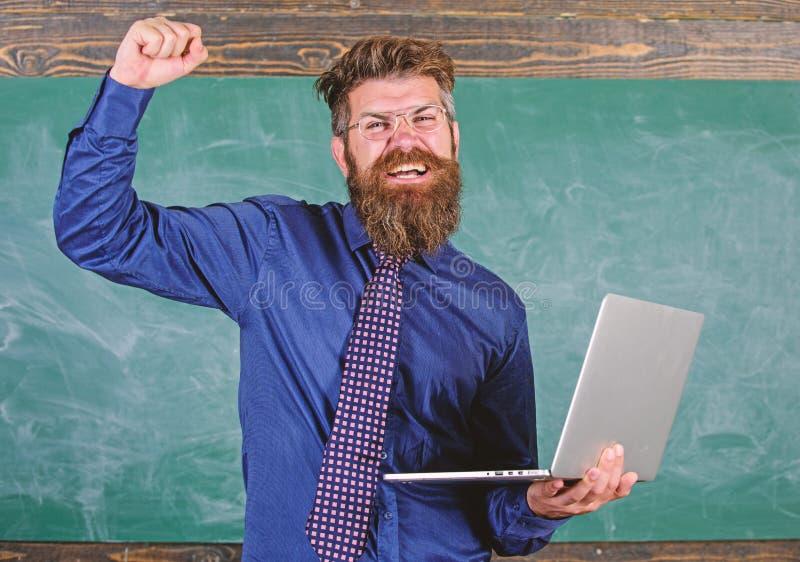 Pase la prueba en línea Concepto de la educación a distancia El hombre barbudo del profesor con el ordenador portátil moderno pas imagenes de archivo