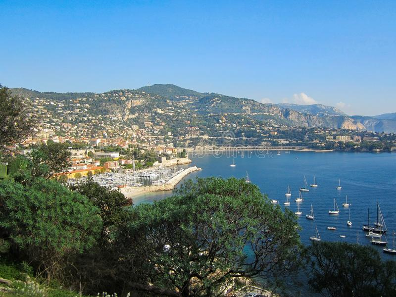 Pase por alto en el sur de Francia en un día hermoso de la caída imagenes de archivo