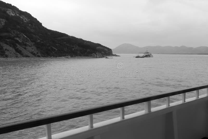 Pase por alto las islas de zhoushan en la nave, imagen blanco y negro imagen de archivo