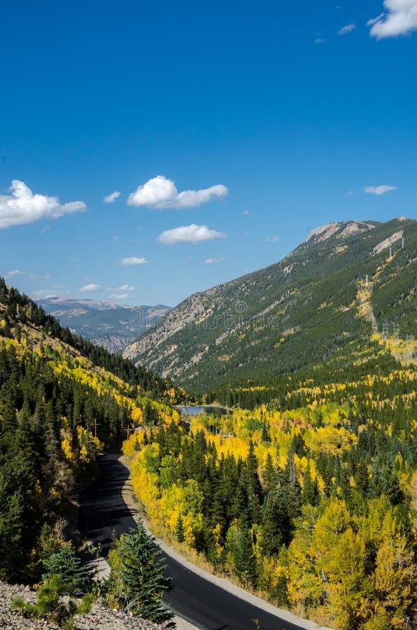 Pase por alto sobre el camino de la montaña de Colorado en caída fotografía de archivo