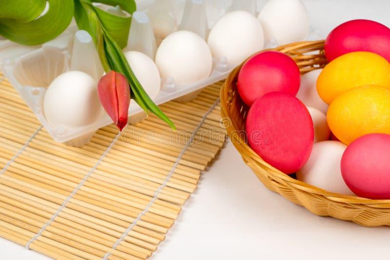 Pasen-achtergrond, eieren met rode tulp royalty-vrije stock afbeelding
