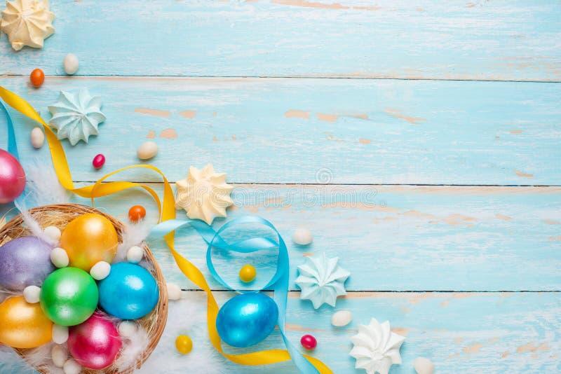 Pasen-achtergrond, met gekleurde eieren en snoepjes stock foto's