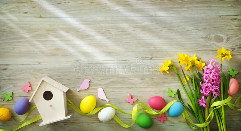Pasen-achtergrond met kleurrijke eieren en de lentebloemen royalty-vrije stock afbeeldingen