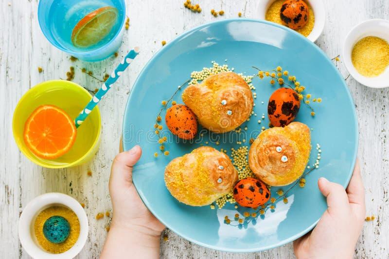 Pasen behandelt voor de vogel traditioneel baksel van jonge geitjes zoet broodjes stock afbeelding