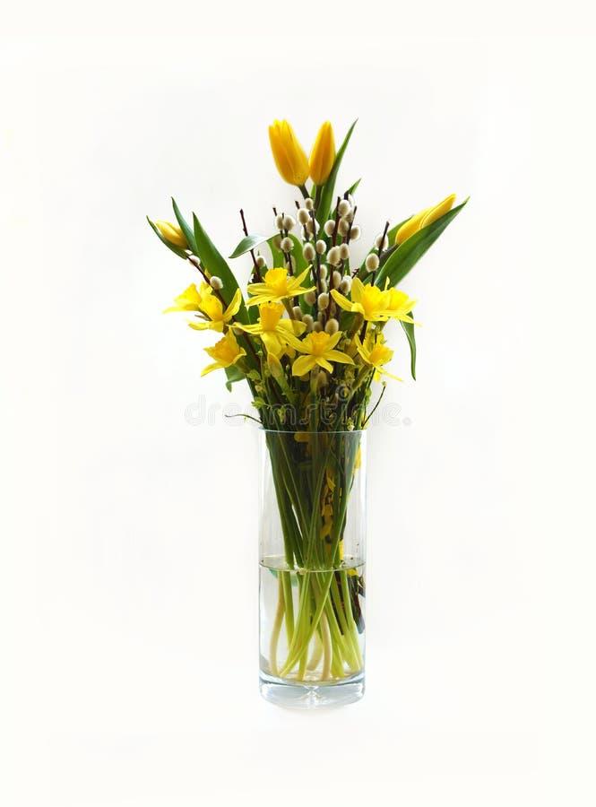 Pasen-boeket, de tulpen van de lentebloemen, narcissen en wilgenknoppen stock afbeelding