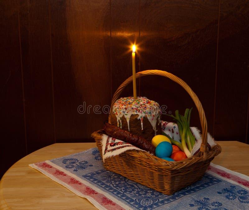 Pasen-brood, eieren, groene uien en worst in mand stock afbeeldingen