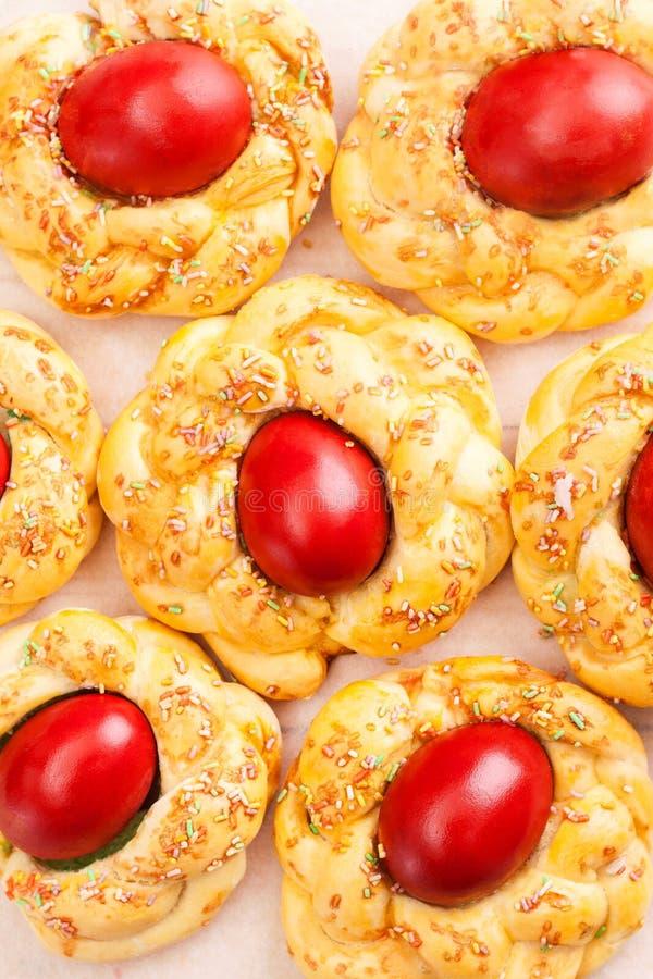 Pasen-brood met rode eieren stock foto