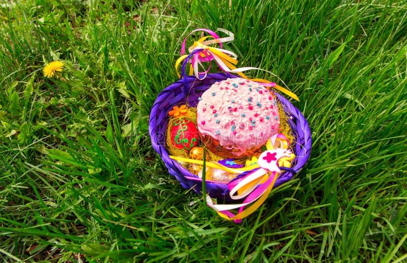Pasen-cake in een mand op het gras royalty-vrije stock foto