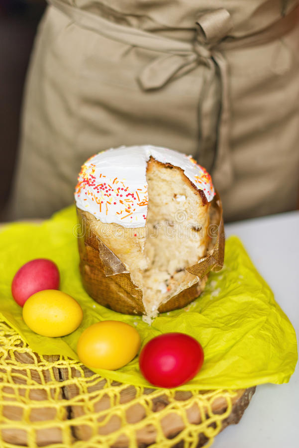 Pasen-cake en gekleurde eieren op een lijst Selectieve nadruk stock afbeelding