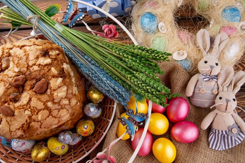 Pasen-cake en kleurrijke eieren op feestelijke Pasen-lijst royalty-vrije stock afbeelding