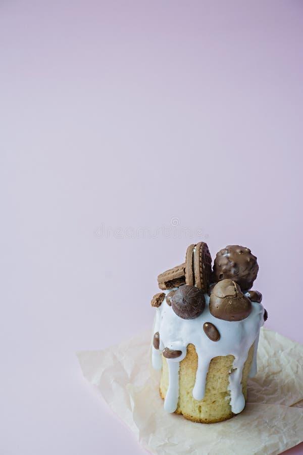 Pasen, Pasen-cake met chocolade en koekjes wordt verfraaid dat Traditionele Kulich, Pasen-Brood De lentevakantie in geheugen van stock foto