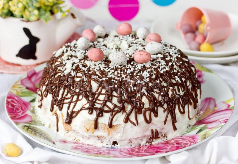 Pasen-cake met chocolade en suikergoedeieren stock afbeeldingen