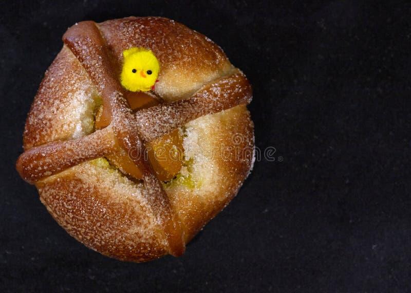 Pasen-cake met een ei stock foto