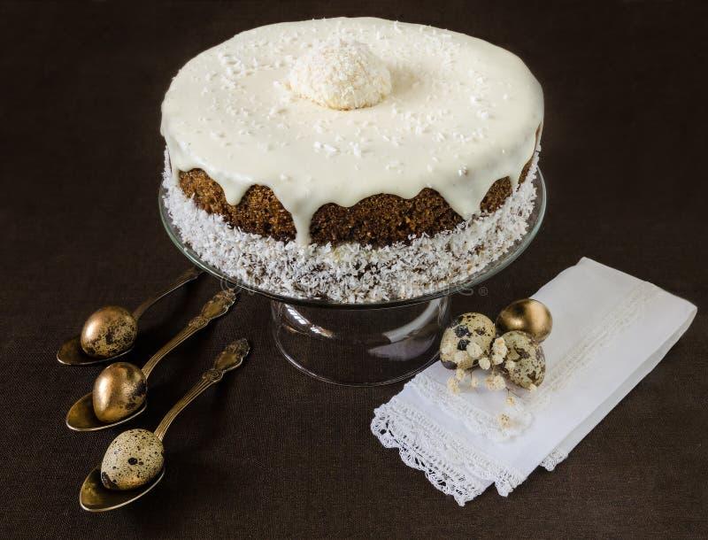 Pasen-cake met roomsuikerglazuur dichtbij kwartelseieren en bloem royalty-vrije stock foto