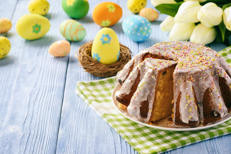 Pasen-cake op de feestelijke lijst van Pasen De ruimte van het exemplaar royalty-vrije stock foto's