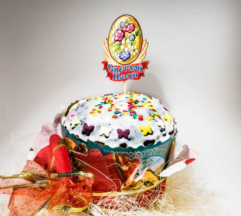 Pasen-cake op witte achtergrond met eigen handen stock foto